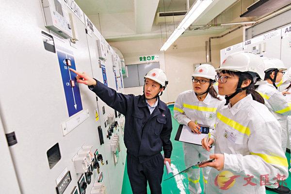 ■陳又溱(右二)、劉致靜(右一)到訪馬師道變電站,協助檢查輸配電系統的設備。 作者供圖