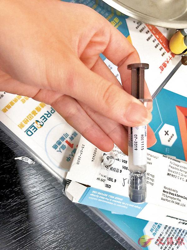 ■有懷疑已接種HPV水貨針的求助人,拍攝到疫苗包裝盒和針劑列明的批次編號不相符。 蔣麗芸供圖