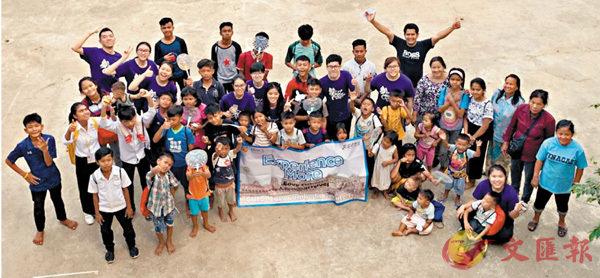 ■中大專院高級文憑學生參與「柬埔寨服務體驗計劃」,探訪當地孤兒院。 學院供圖