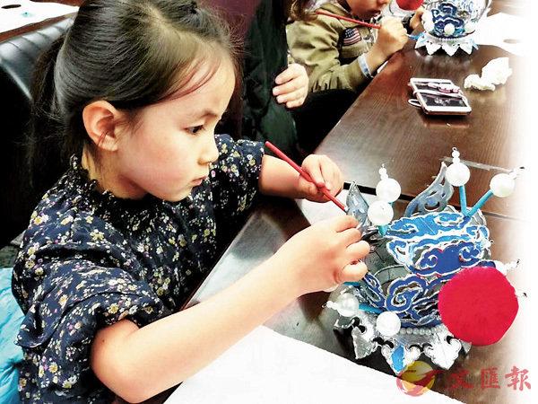 ■西安小學生體驗戲帽製作。受訪者供圖