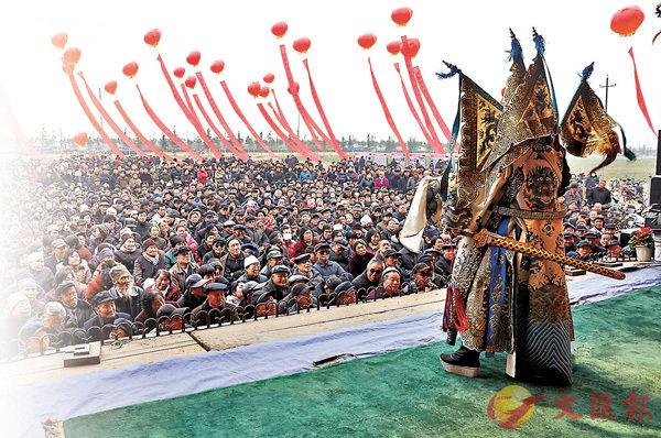 ■秦腔下基層演出場景壯觀。   香港文匯報蘭州傳真