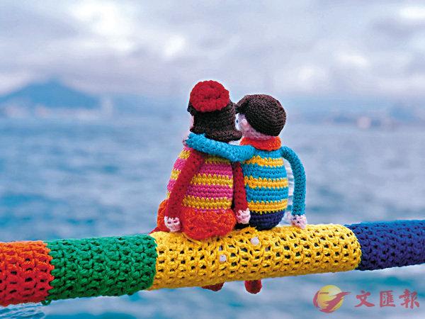 ■本地藝術家在堅尼地城海濱長廊精心編織的情侶公仔。  作者提供