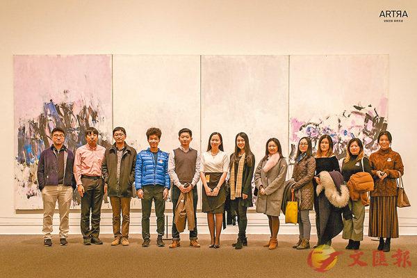 ■ARTRA青年藏家在抽象表現主義大師Joan Mitchell的「玫瑰人生」畫作前。
