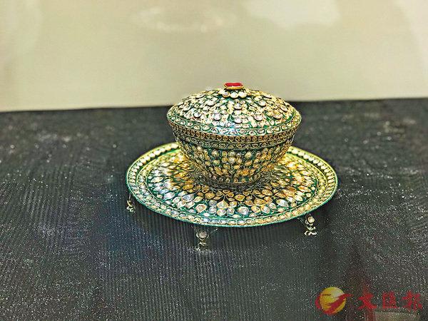 ■鑲嵌鑽石及琺琅的黃金蓋碗,1790-1810年。