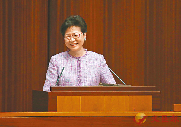■林鄭月娥向議員交代施政報告的半年進度報告。 香港文匯報記者莫雪芝  攝