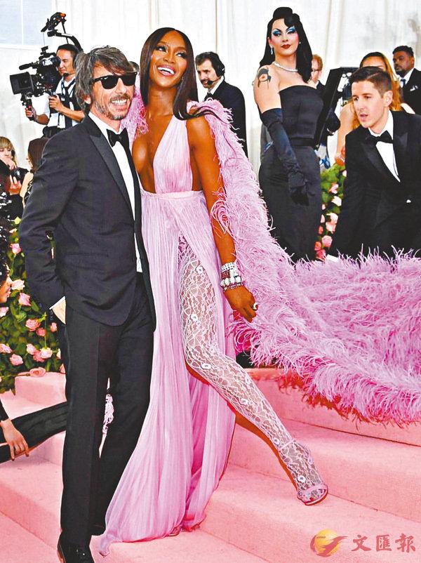 ■超模Naomi Campbell穿上Valentino誇張晚裝在其設計師陪同下參加Met Gala。作者提供
