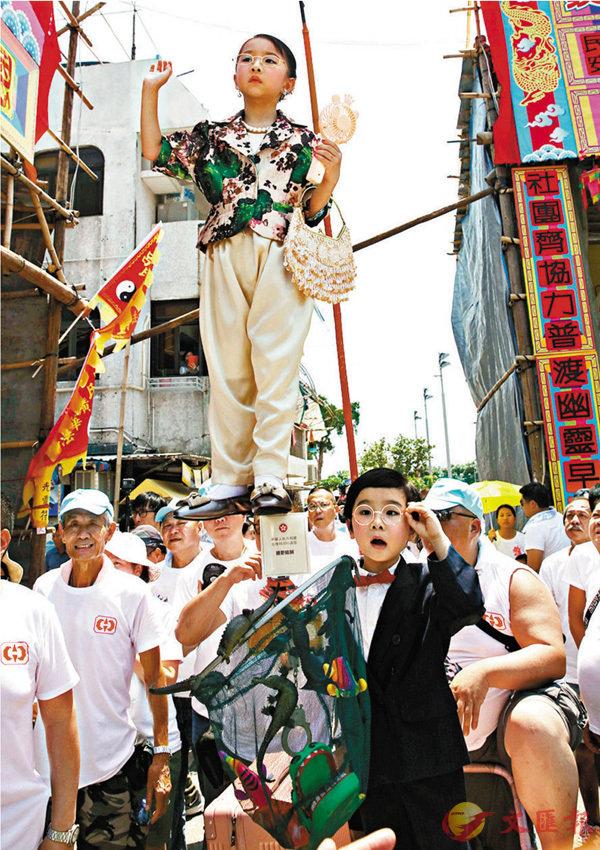 ■ 「月娥」和「家超」出巡。香港文匯報記者劉國權  攝