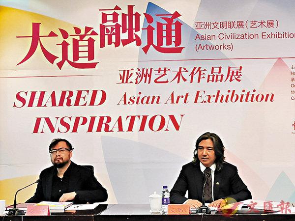 ■吳為山(右)介紹「大道融通──亞洲藝術作品展」情況。 香港文匯報記者張帥  攝