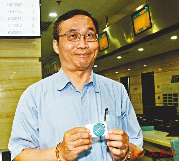 ■台胞黃先生展示新申領的專屬交通卡。 香港文匯報記者賀鵬飛  攝