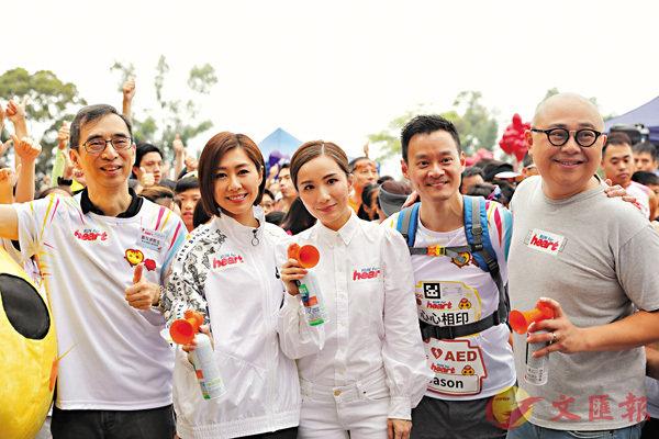 ■林盛斌(右一)、胡定欣(左二)及胡蓓蔚(中)擔任起跑主禮嘉賓。