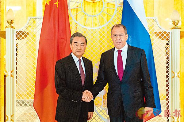 ■當地時間5月13日,在俄羅斯索契,中國國務委員兼外長王毅(左)同俄羅斯外長拉夫羅夫舉行會談前握手。 新華社