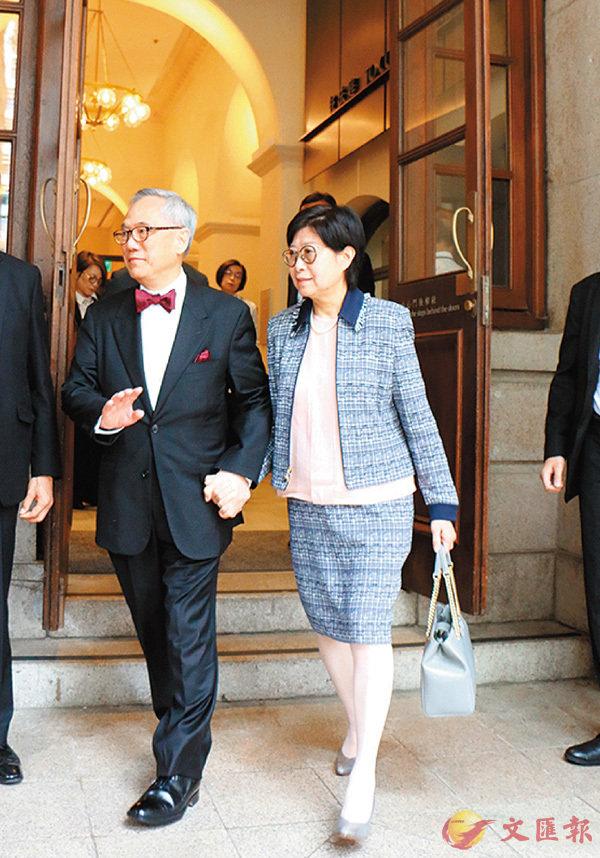 ■曾蔭權夫婦手拖手離開特區終院。 香港文匯報記者鄧偉明 攝