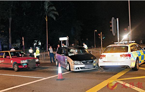 ■涉案司機一度駕駛七人車連撞警車及的士企圖突圍逃走,警員需要破窗拉出司機制服拘捕。