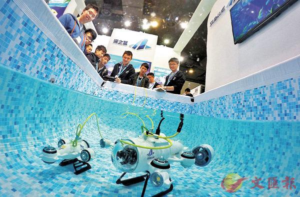 ■內地水下無人機行業競爭加速。圖為參觀者在展覽會觀看小型水下機械人的作業演示。 資料圖片