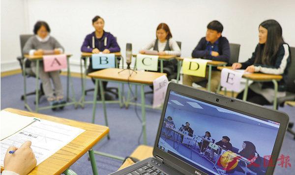 ■有消息指,中學文憑試(DSE)中文科卷四說話能力考核,將納入校本評核(SBA)。圖為中文科口試小組討論。 考評局圖片