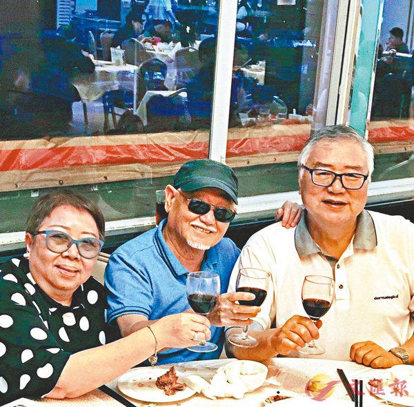 ■ 吳承歡(中)和凌文海曾經都是麗的電視舊友。  作者提供