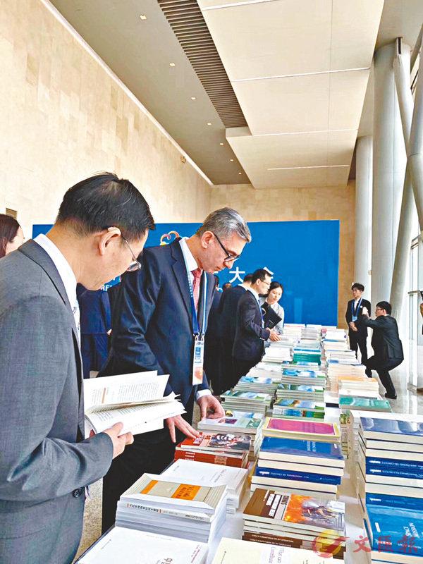 ■ 中外嘉賓在閱看亞文會多種出版物。香港文匯報記者李理 攝