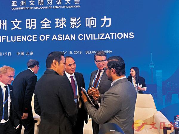 ■陳道明(前左)與阿米爾汗(前右)等人熱聊。香港文匯報 記者海巖  攝