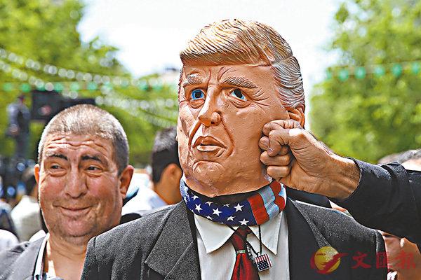 ■伊朗民眾怒打特朗普面具出氣。 美聯社