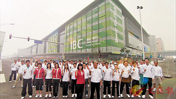■TVB北京�芧B大軍攝於國際廣播中心外。 作者提供