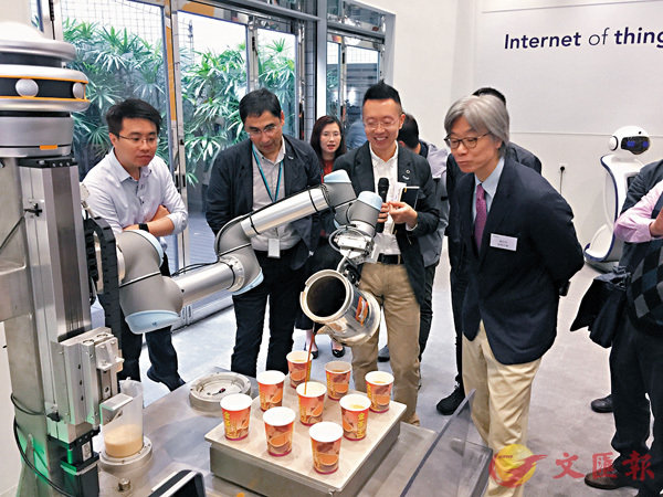 ■日前傳媒預展中,記者對「沖奶茶機械人」表現十分滿意。 記者區柏秋  攝