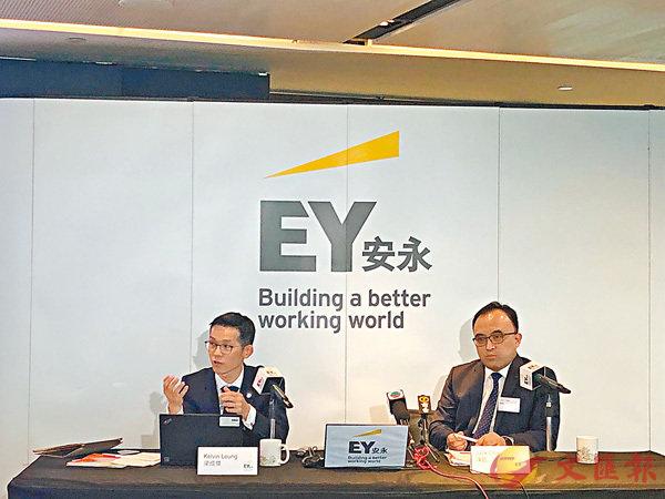 ■梁成傑(左)料今年內銀新增貸款仍可平穩增長。 馬翠媚 攝