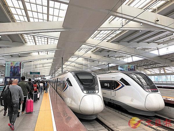 ■目前大灣區城際(鐵路)建設規劃初步方案已經完成。圖為和諧號城際動車入站。  香港文匯報記者方俊明  攝