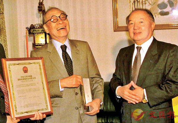 ■1997年9月3日,中國駐美大使李道豫(右)在華盛頓代表中國政府向著名華裔美國建築師貝聿銘頒發1996年度中華人民共和國國際科技合作獎。資料圖片