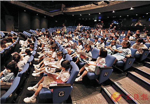 ■《棱•角》香港演出的學生專場,學生們聽曹誠淵解畫現代舞的秘密。   攝影:殷鵬