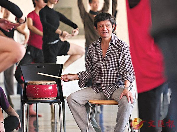 ■曹誠淵為舞蹈員上課及主持工作坊。 殷鵬 攝