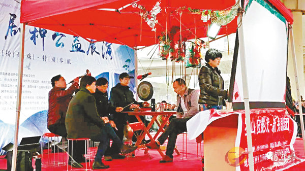 ■ 在後台的表演人員。 香港文匯報記者戚紅麗 攝