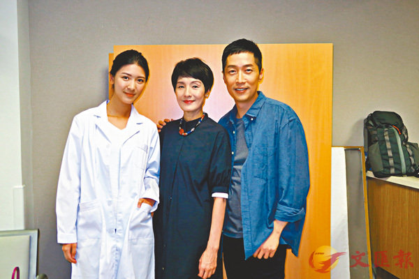 ■右起:馬浚偉、顧美華和余香凝出席電影《生前約死後》開鏡儀式。