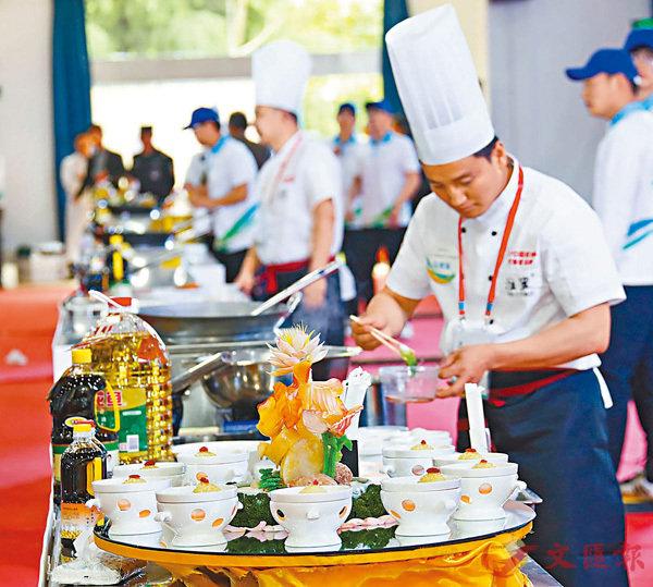 ■在中國淮揚菜大師邀請賽上,廚師在現場烹飪。