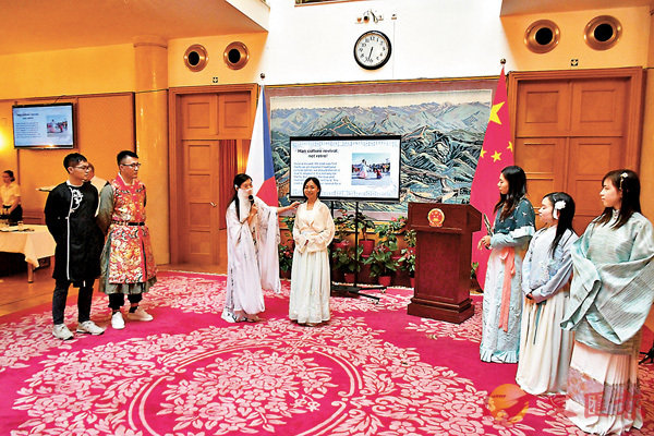 ■同學們精心準備了幻燈片,親身演示講解中國歷代漢服。記者劉佳男  攝