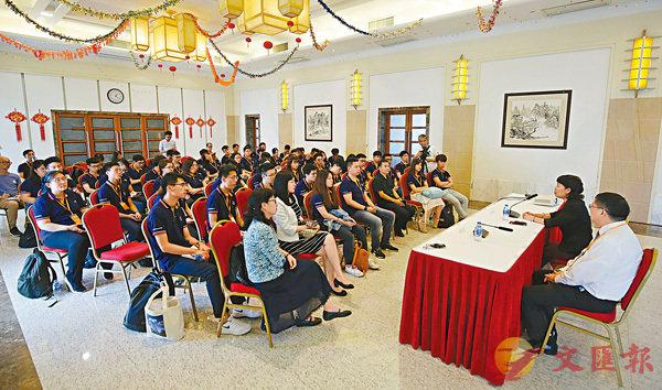 ■「外交之友夏令營」港生往中國駐越南大使館進行交流活動。 香港文匯報記者黃洋港  攝