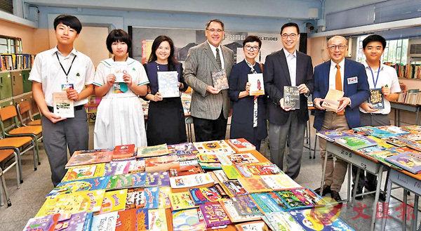 ■閱讀嘉年華當日,楊潤雄(右三)參與其中。 學校供圖
