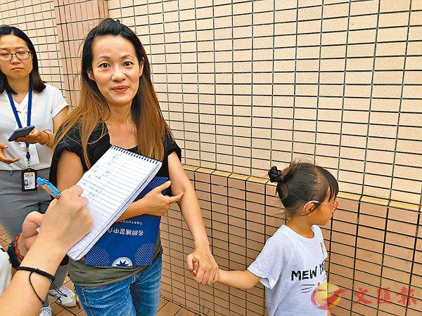■王小姐(右二)。香港文匯報記者柴婧  攝
