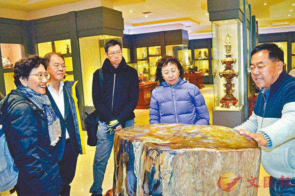■李海君(右一)向香港華懋集團執行董事龔中心(右二)一行介紹樹化玉修復。香港文匯報記者宋偉 攝