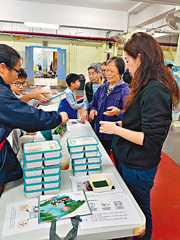 ■學生和家長每天義務協助分派飯盒,將關愛傳遞到獨居長者手中。 作者供圖