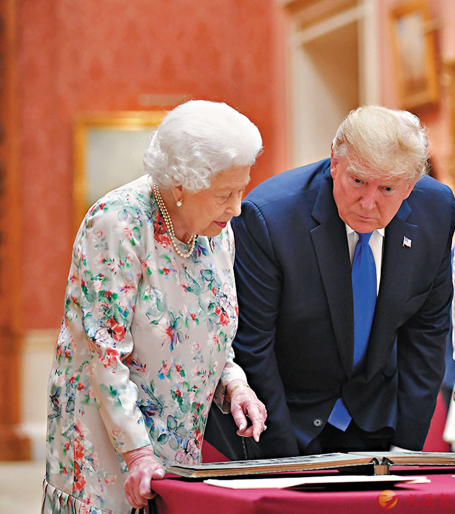 ■特朗普俯身聆聽英女王。 法新社