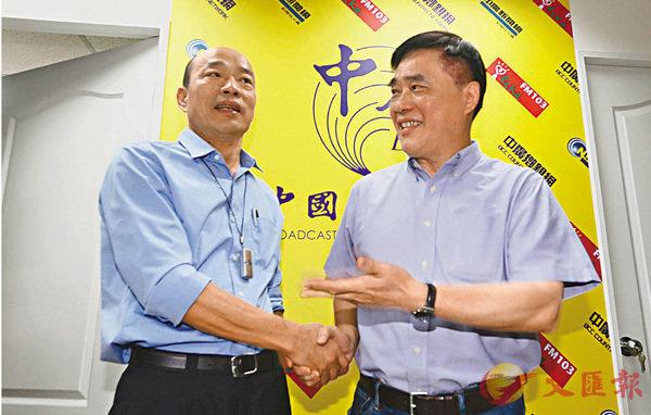 ■韓國瑜宣佈參加國民黨初選。圖為他在中廣高雄台專訪與郝龍斌(右)握手。 中央社