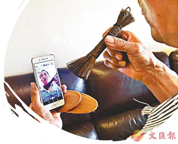 ■李祝意通過手機直播介紹棕編技藝與文化。