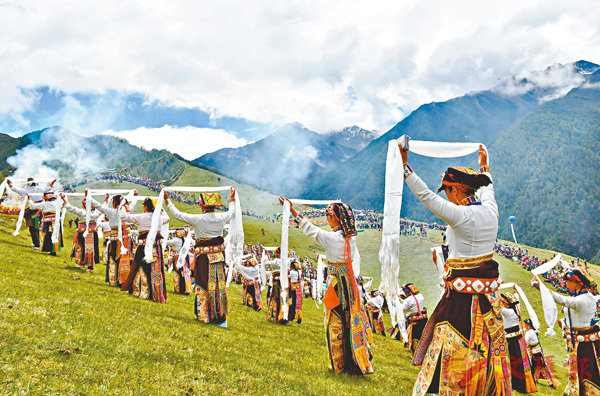■四姑娘山傳統朝山會數千名藏族民眾身�虒`日盛裝,手捧哈達,來到四姑娘山朝山坪,用最傳統最莊嚴的儀式,向斯古拉神山轉山祈福,祈福國泰民安、風調雨順!