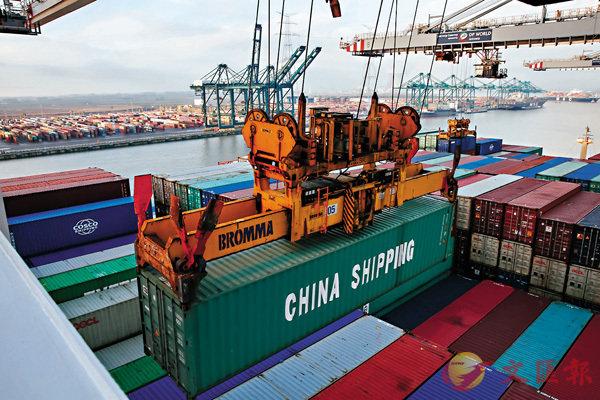 ■首五月中國進出口增4.1%。圖為軌道式起重機在比利時安特衛普港為「中遠海運天秤座」號裝載貨櫃。 資料圖片