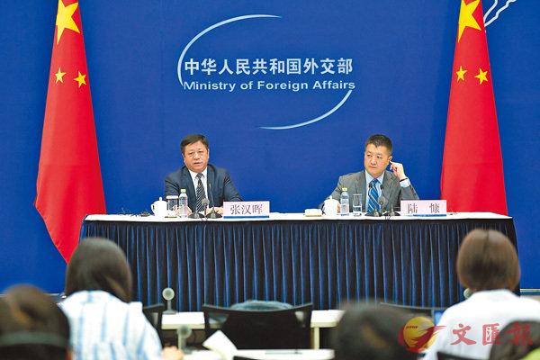 ■中國外交部舉行中外媒體吹風會並回答記者提問。  中新社