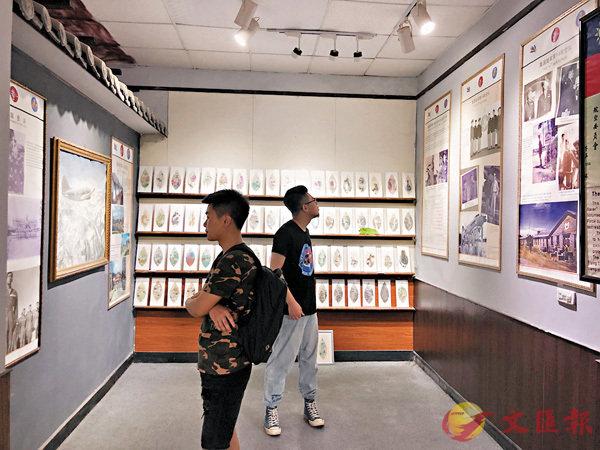 ■遊客在參觀飛虎隊辦公舊址。香港文匯報記者孟冰  攝