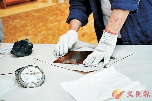 ■為版畫上油墨、抹版過程示範