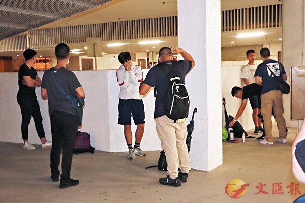 ■ 警方在信德中心截獲3名可疑青年,在右邊一人的背囊搜出可疑物品。  香港文匯報記者鄧偉明 攝