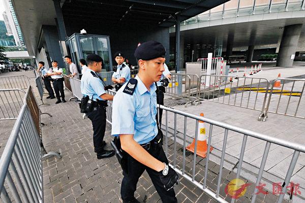 ■ 警員昨午在立法會大樓入口佈設鐵馬防線。香港文匯報記者梁祖彝 攝