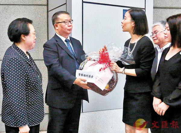 ■中律協贈福利金慰問受傷警員。 香港文匯報記者曾慶威  攝